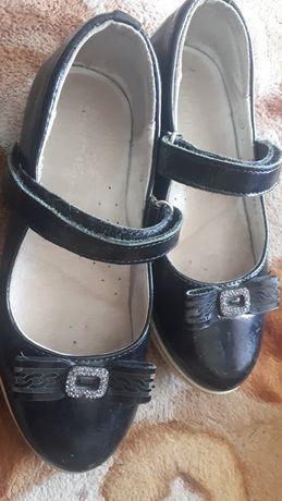 Продам туфли на девочку 28 размер