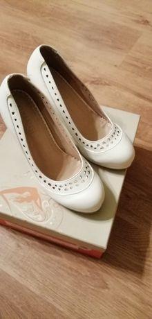 Pantofi albi cu toc, marime 37