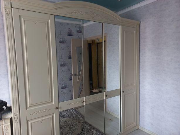 Продаётся спальный гарнитур без кровати (шкаф,комод с зеркалом,2 тумб)