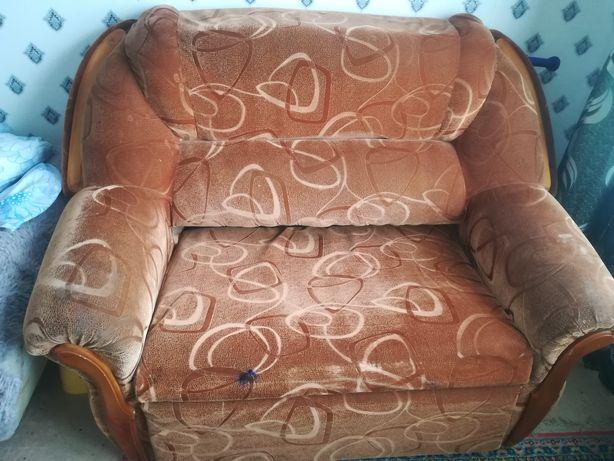 Отдам подростковый диван за символическую сумму.