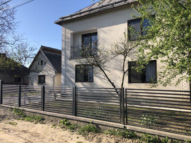 Vand casa + anexa in curte
