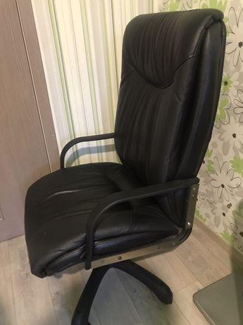Кожаное кресло (офисное кресло)
