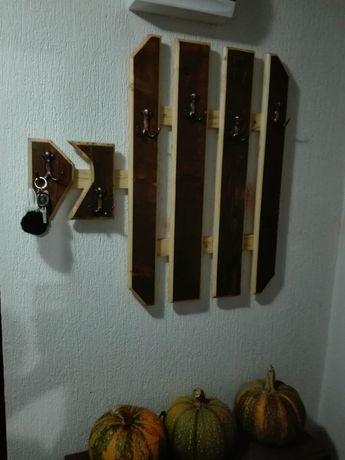 Закачалка от масив с място за ключове